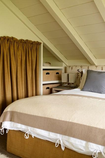 Встроенные полки в спальне