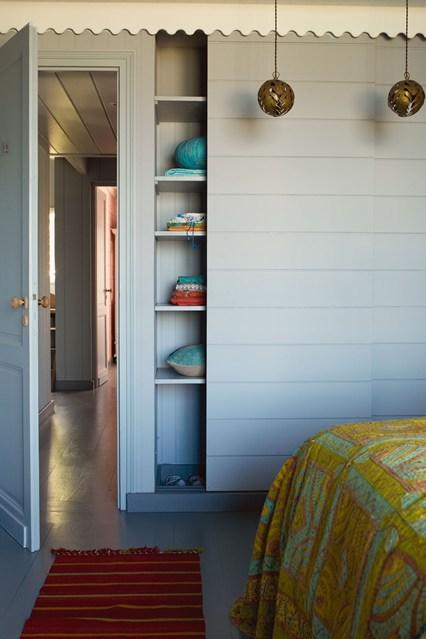Раздвижная дверь шкафа в спальне