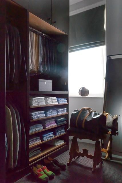 Открытый шкаф для хранения одежды