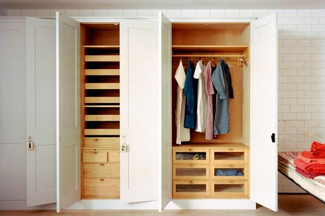 Встроенный шкаф белого цвета