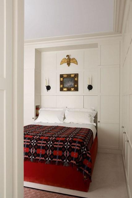 Белые встроенные шкафы в спальне