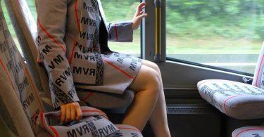 Проект Bustour от Меньи Стивенсон: обивочная ткань автобусных сидений для одежды и аксессуаров