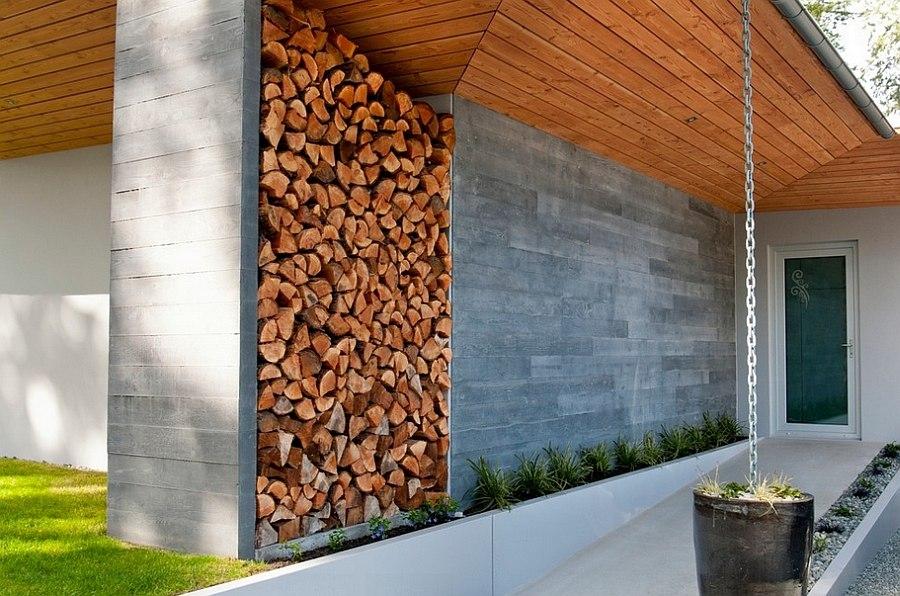 Система хранения дров для камина во дворе дома