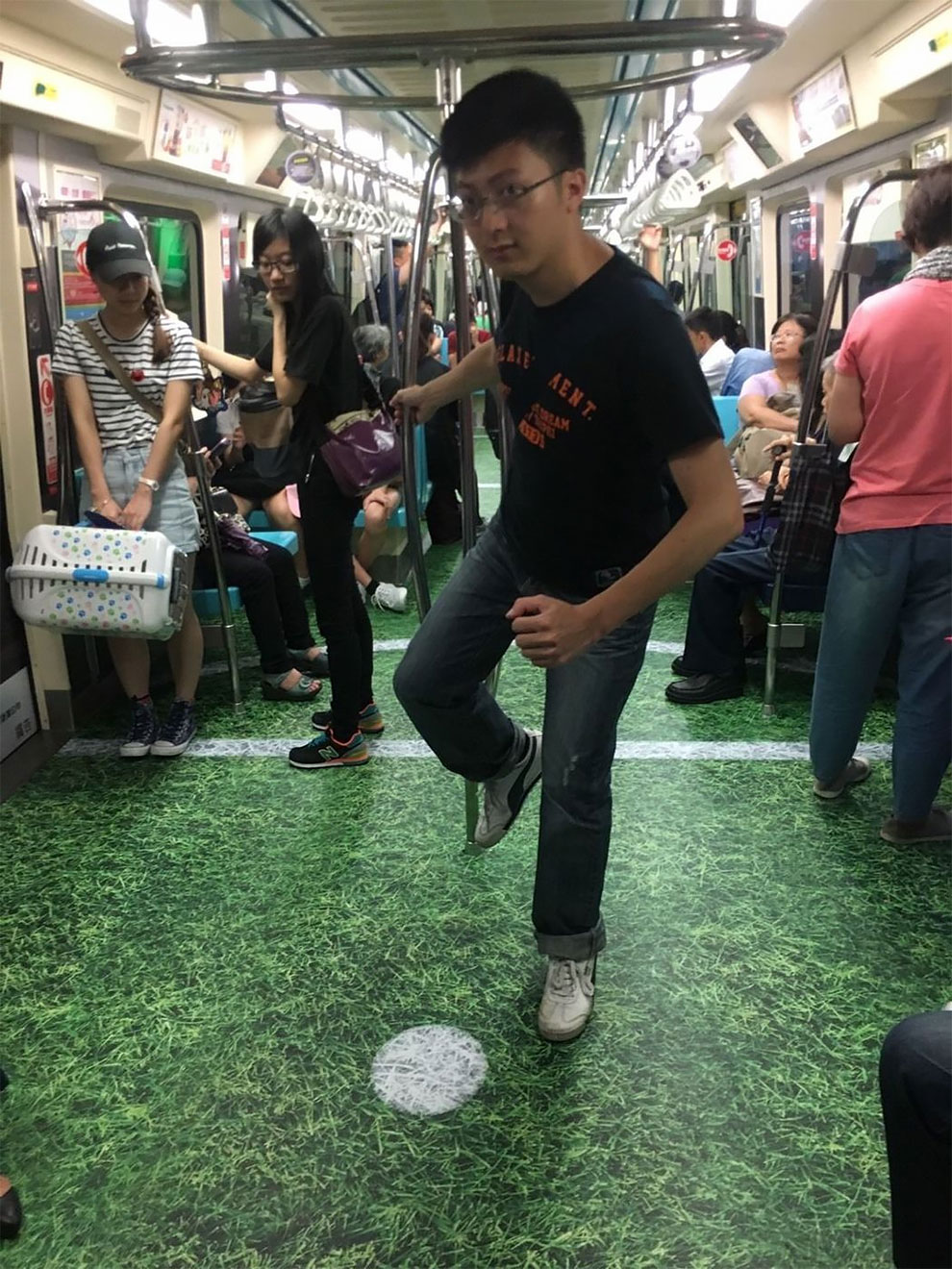 Транзитная реклама в поездах метро в Тайбэе