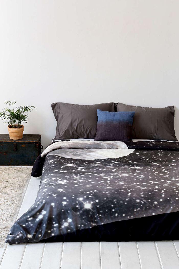 Месяц и звёздное небо на постельном белье Shannon Clark от Urban Outfitters