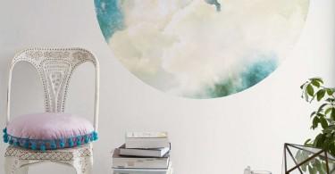 Круглая наклейка с изображением космического пространства на стене комнаты