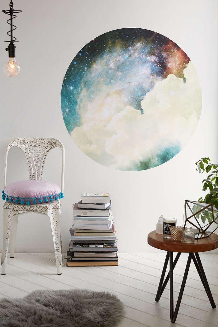Круглая наклейка  от Urban Outfitters с изображением космического пространства на стене комнаты