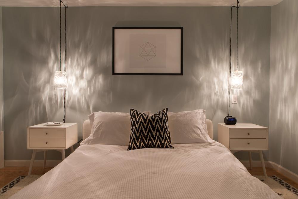 Геометрическая картина в спальне