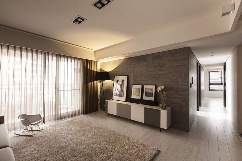 Мягкий белый ковёр и прозрачные шторы в гостиной