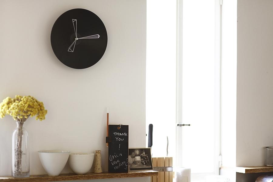 Настенные часы черного цвета от Studio Ve