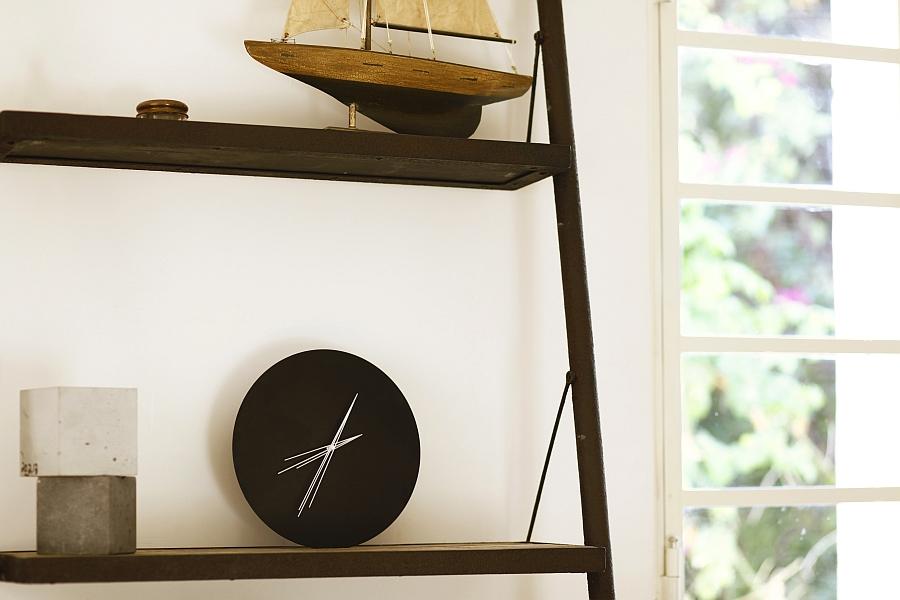 Часы на полке от Studio Ve