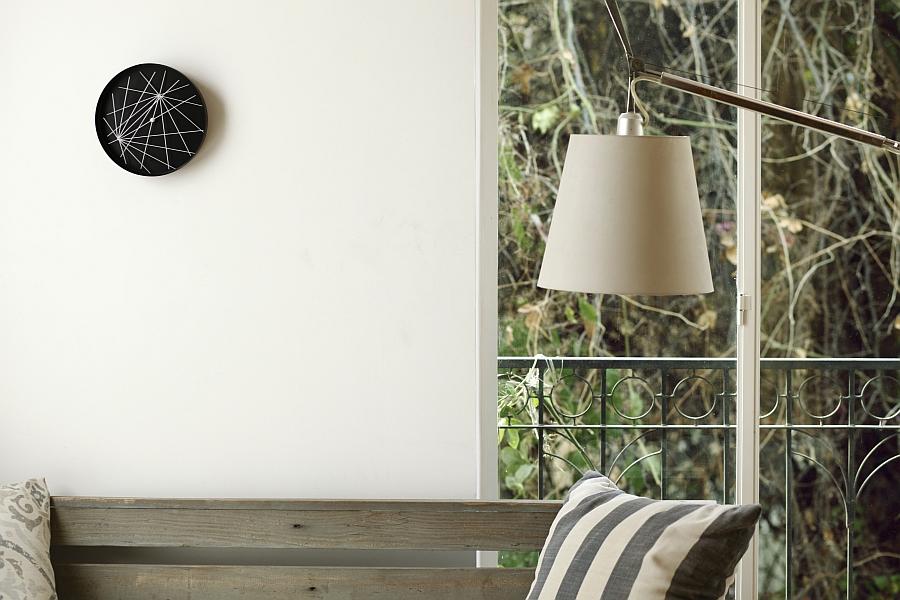 Белая стена с часами от Studio Ve