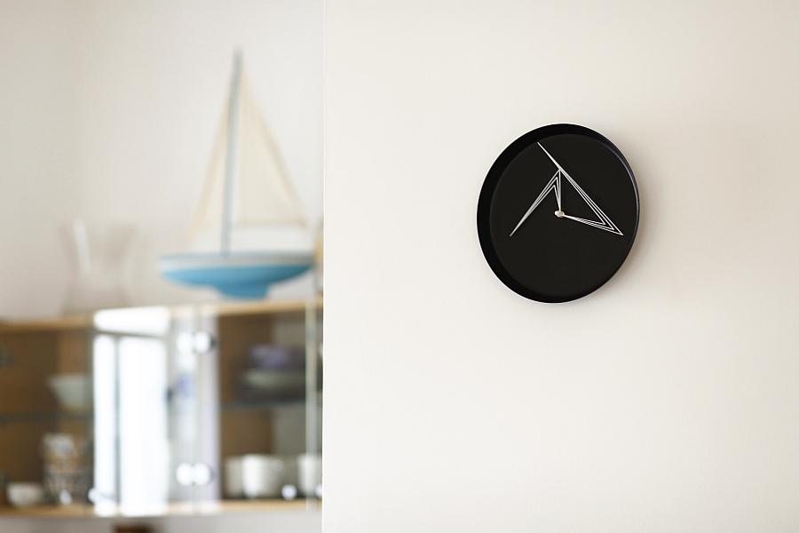 Черно-белые часы на стене от Studio Ve