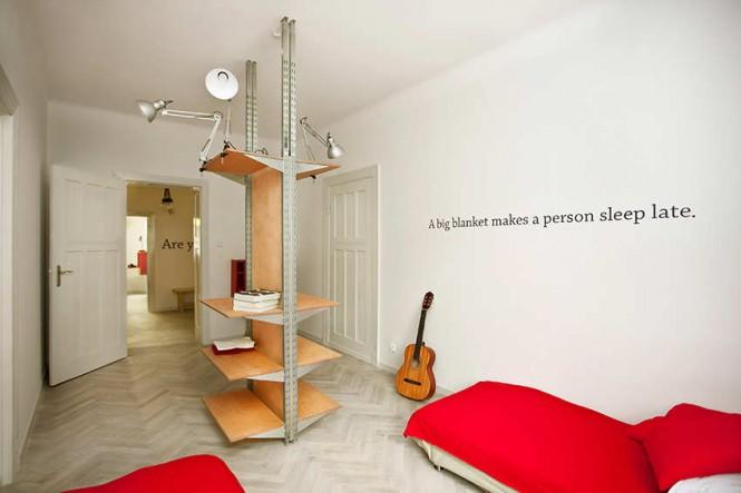 Красные акценты в оформлении интерьера спальни