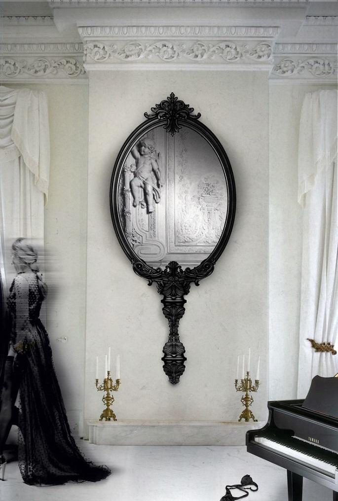 Большое винтажное зеркало на стене зала