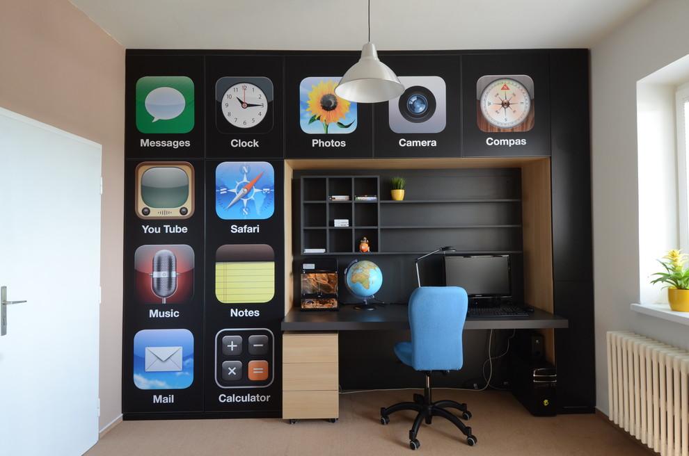Оформление стен над рабочем столе значками из iPhone