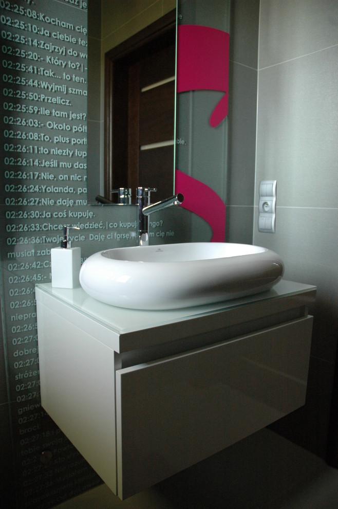 Белый умывальник в интерьере ванной комнаты