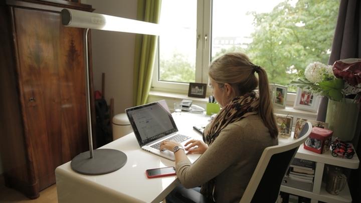 Модель настольной лампы от HEAVN на рабочем столе
