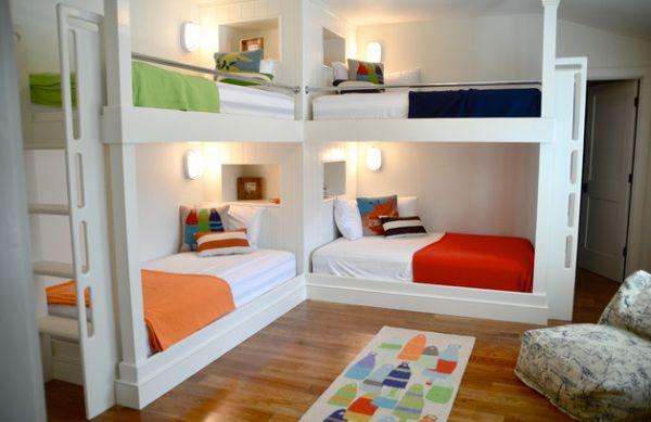 Модели двухъярусных кроватей: Разноцветные покрывала в детской