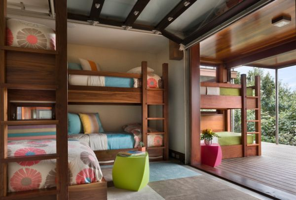 Модели двухъярусных кроватей: Яркие двухуровневые кровати внутри и снаружи номера