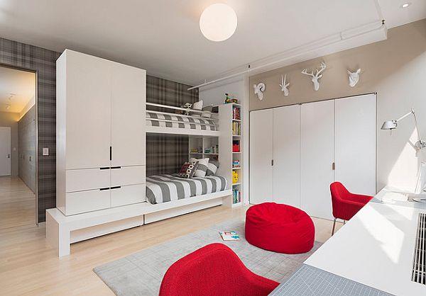 Модели двухъярусных кроватей: Яркие красные элементы в светлой детской