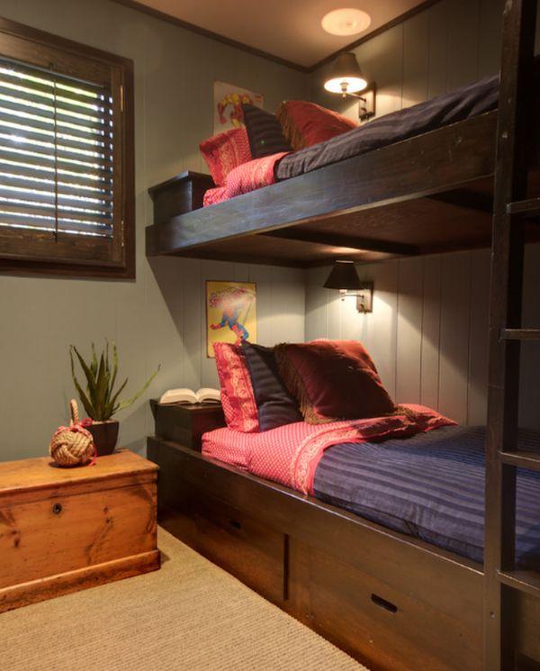 Модели двухъярусных кроватей: Двухуровневая кровать с настенными светильниками