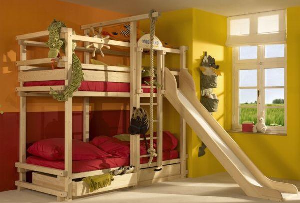 Модели двухъярусных кроватей: Двухуровневая кровать с развлекательными элементами