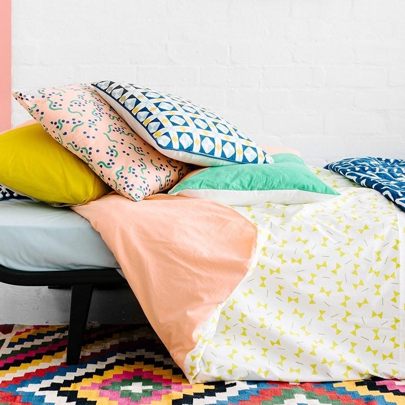 Подушка и плед с геометрическими принтами