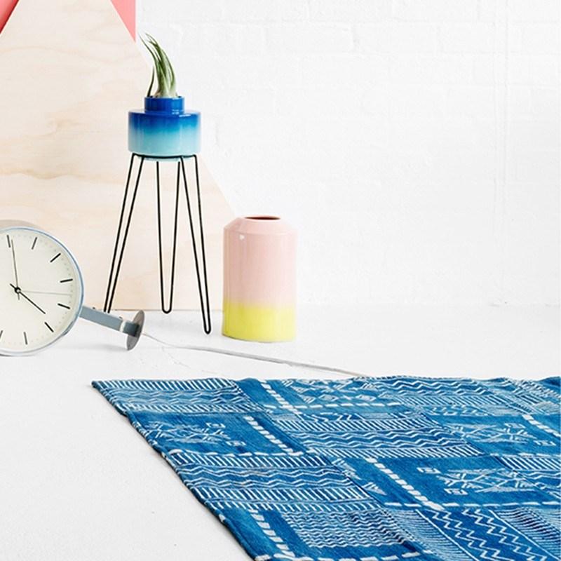 Синий ковер с геометрическими принтами