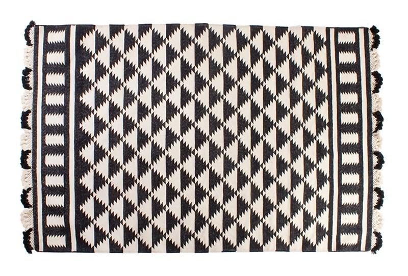 Черно-белый геометрический рисунок на коврике