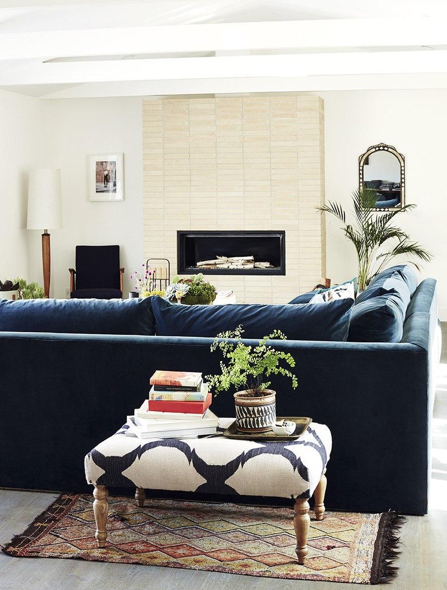Коричневый диван в интерьере гостиной фото