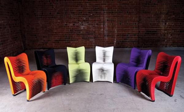Яркие стулья в помещение
