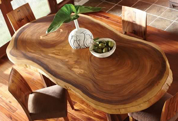 Шикарный стол и стулья с элементами декора