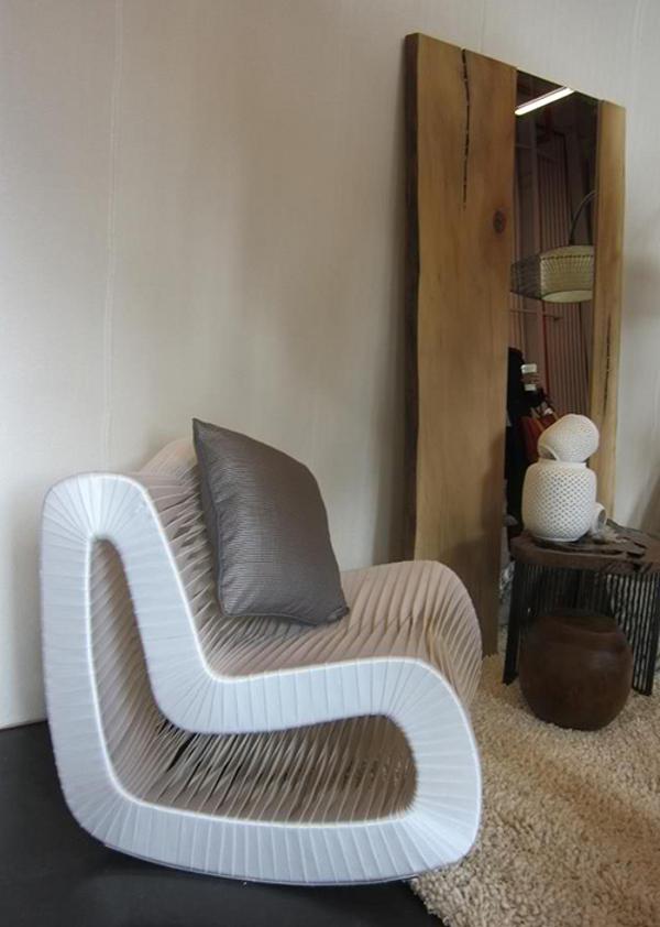 Чудесное кресло с подушкой и зеркалом в комнате