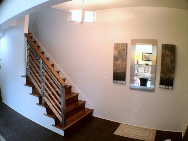 Поручни из нержавеющей стали с перилами из той же древесины что и лестница