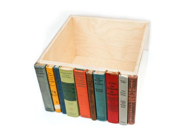 Деревянная полка в книжной общивке