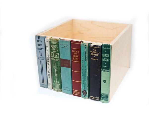 Книги по бокам ниши для хранения