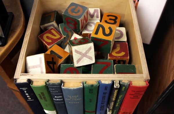 Кубики в нише из дерева