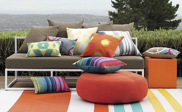 Дизайнерский плетеный пуфик на террасе