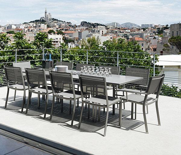 Серые стулья вокруг стола на террасе