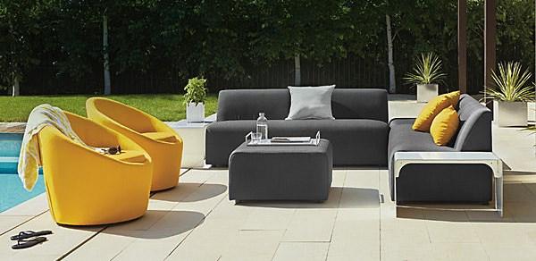 Современная уличная мебель на террасе у бассейна