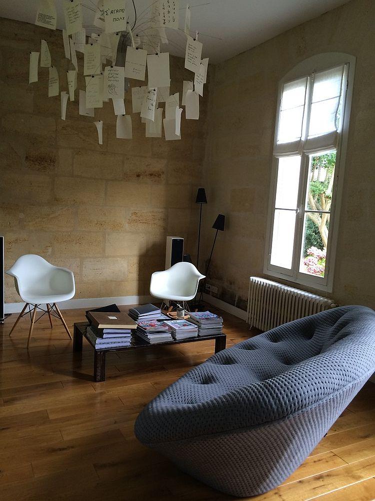 Роскошный мягкие диван в интерьере комнаты