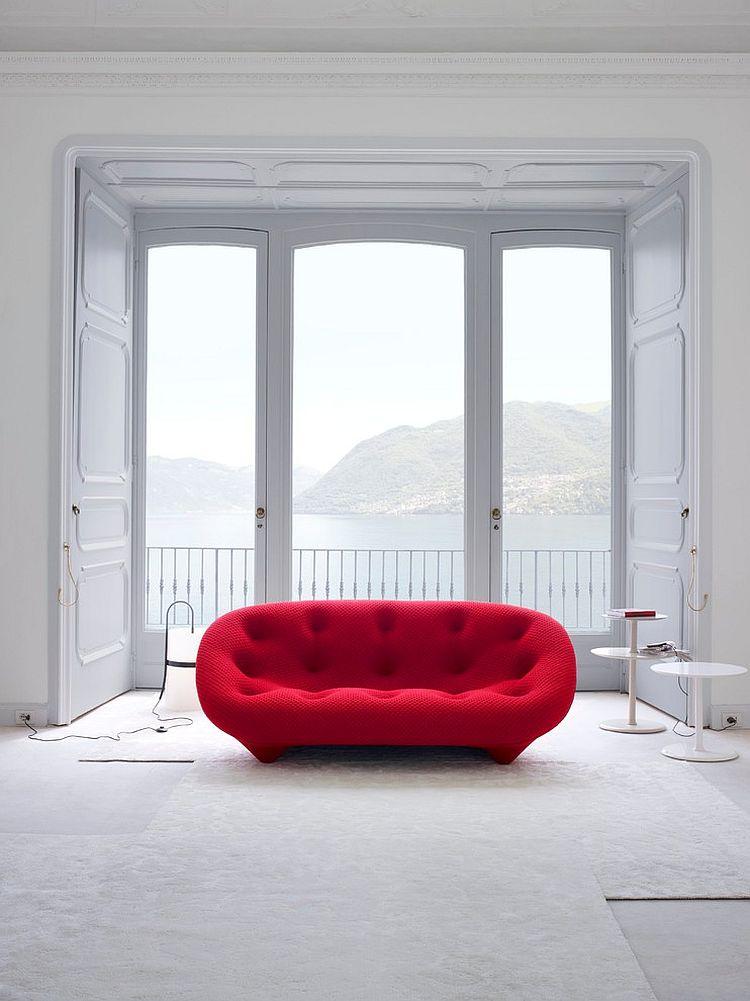 Роскошный дизайн мягкого дивана в белом минималистском интерьере