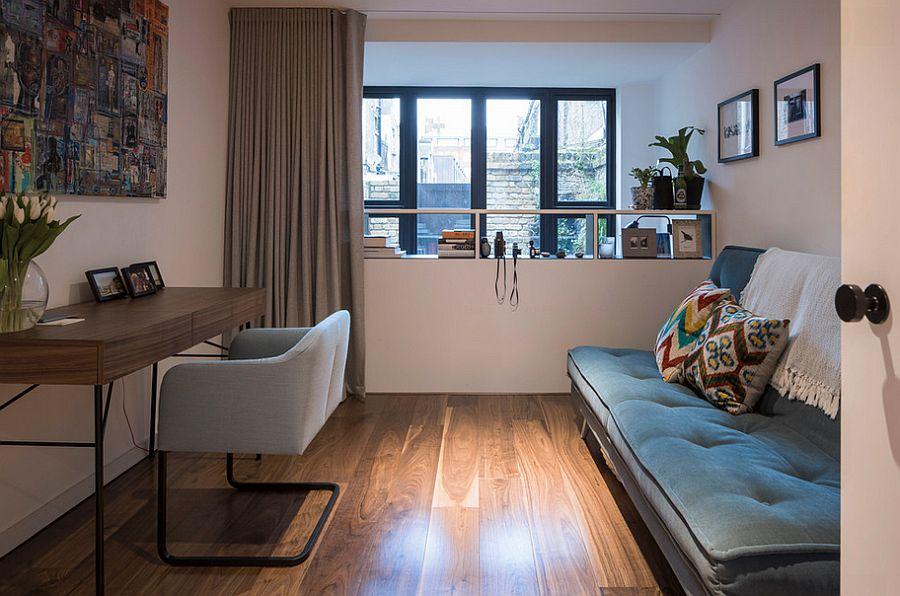 Кушетка-трансформер с яркими подушками в интерьере комнаты
