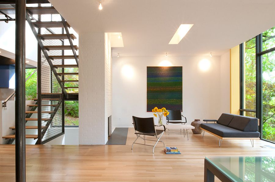 Серая тахта и удобные кресла на тонких металлических ножках в интерьере гостиной