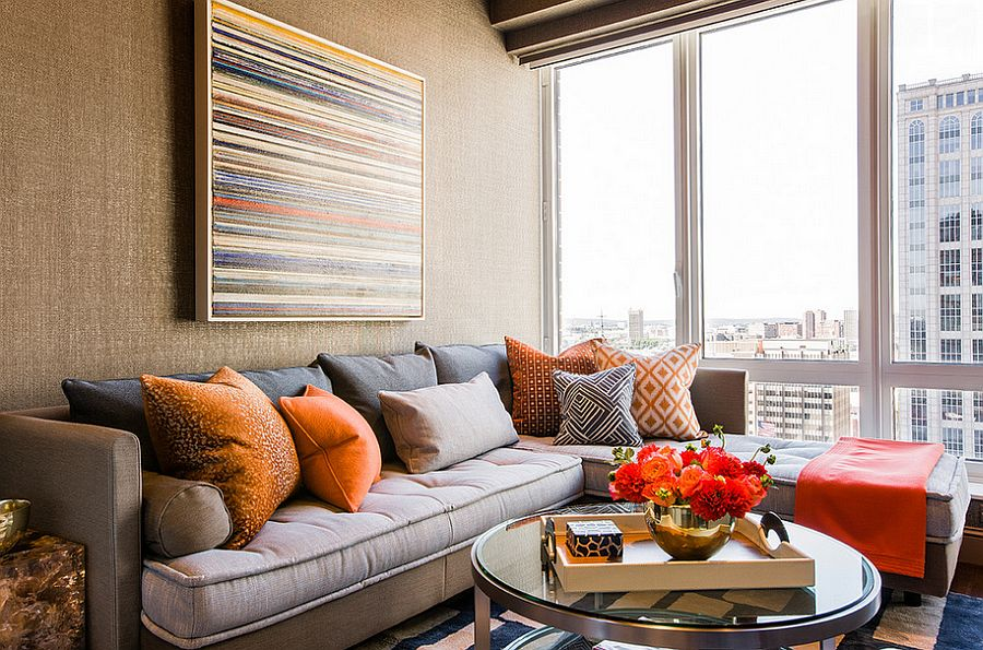 Угловая кушетка-трансформер с яркими разноцветными подушками в интерьере комнаты