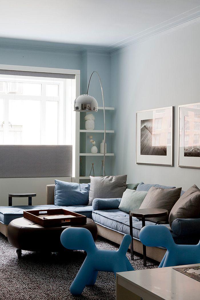 Угловая кушетка-трансформер голубого цвета с декоративными подушками цвета кофе в интерьере комнаты