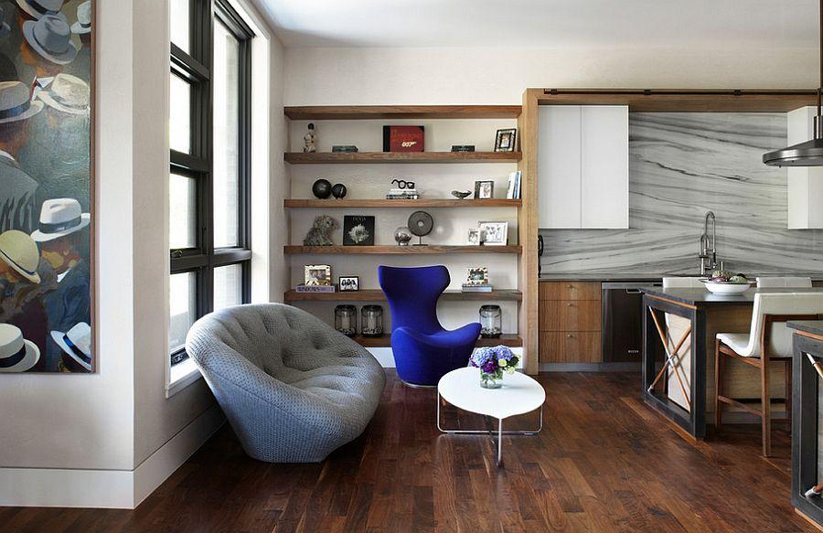 Серый мягкий диван в соседстве с тёмно-синим креслом Egg Chair