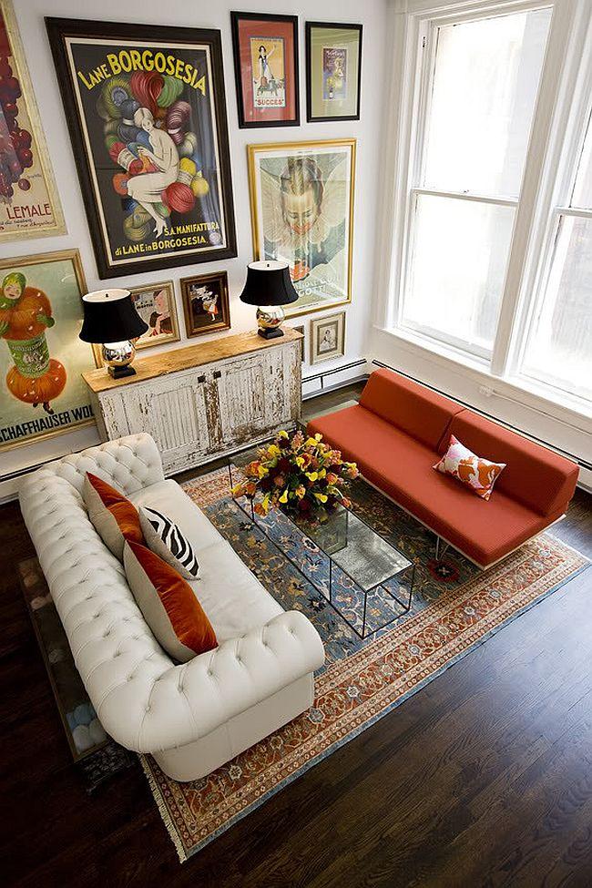 Роскошный белый диван в соседстве с оранжевой тахтой в эклектичном интерьере комнаты