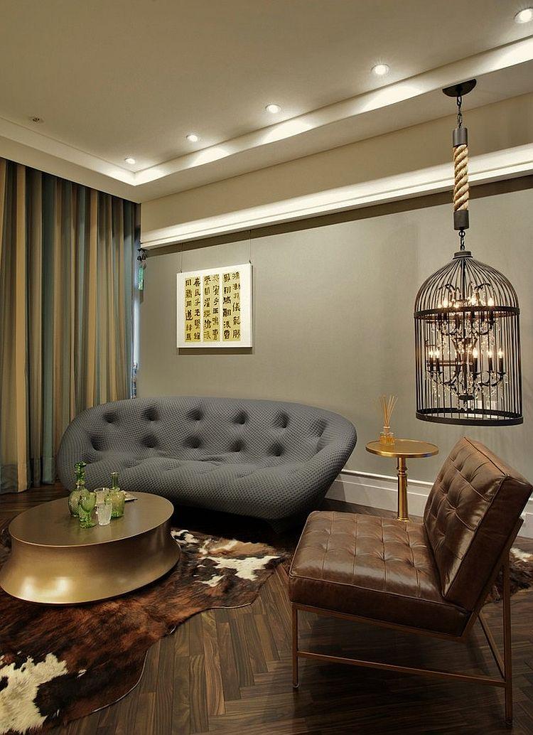Серый мягкий диван в интерьере винтажной гостиной